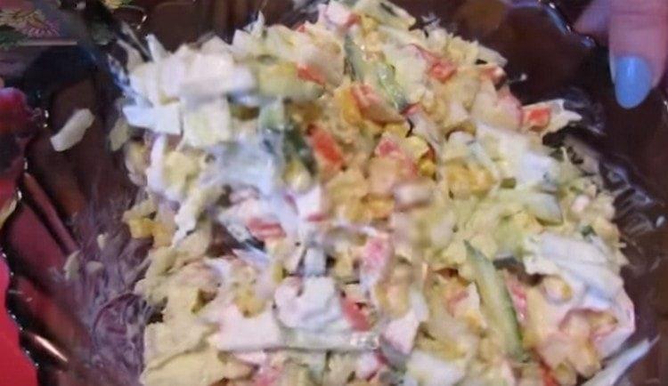 вкуснейший постный салат с крабовыми палочками готов.