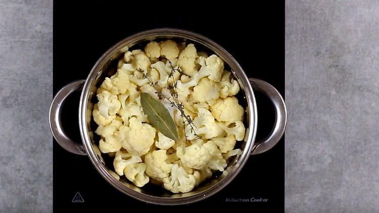 выкладываем капусту в кастрюлю, добавляем соль, лавровый лист, тимьян.