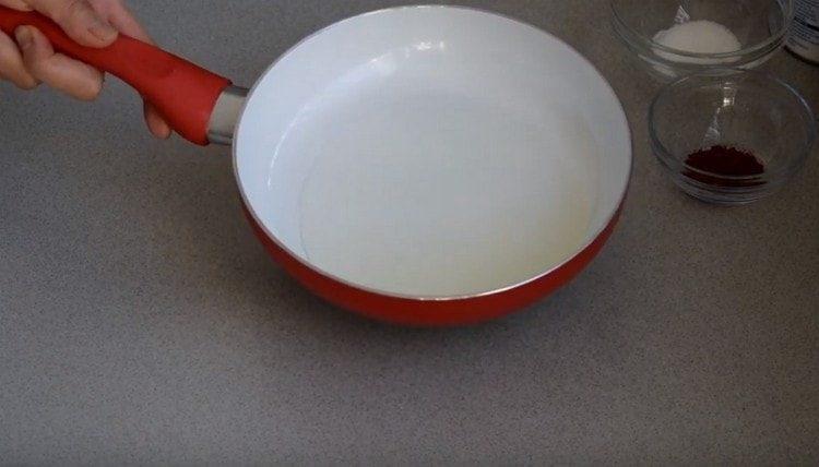 В сковороде раскаляем растительное масло.