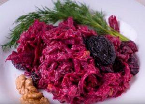 Готовим легкий салат из свеклы с черносливом по рецепту с фото.