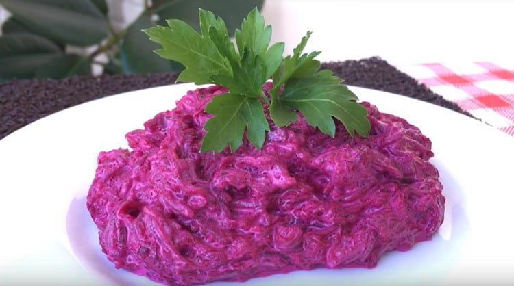 Салат из свеклы с майонезом готов.