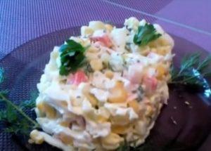Готовим нежный салат из капусты, крабовых палочек и кукурузы по пошаговому рецепту с фото.
