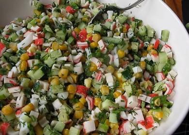 Как научиться готовить вкусный салат с крабовыми палочками кукурузой, яйцами и огурцом 綾