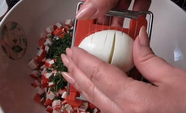 Отваренные вкрутую яйца нарезаем или измельчаем при помощи яйцерезки.