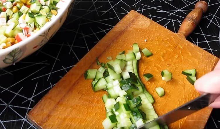 Нарезаем огурец и добавляем в салат.