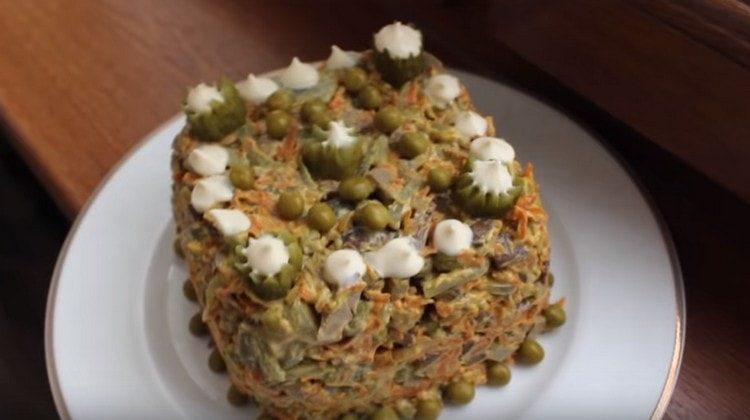А вот так красиво можно оформить салат Обжорка с печенью.
