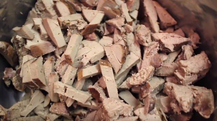 Отваренную и остывшую печень нарезаем кусочками.