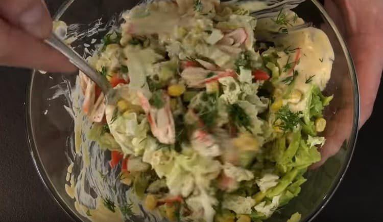 Заправляем салат соусом и перемешиваем.