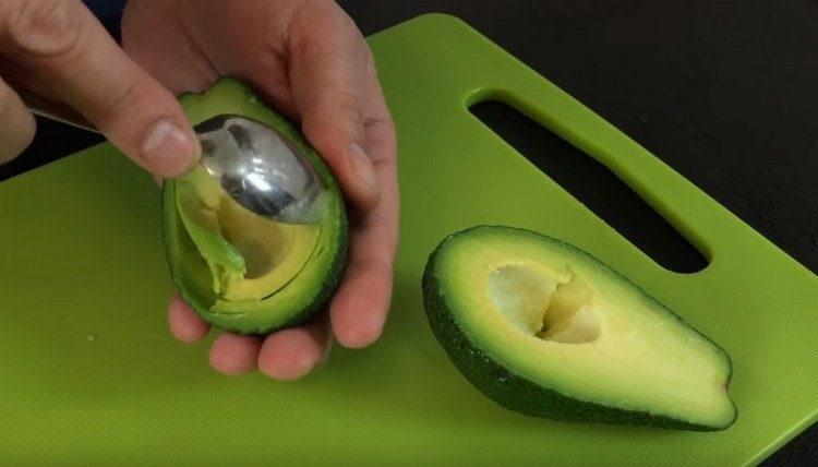 Осторожно ложечкой выбираем из авокадо мякоть.