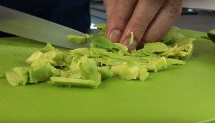 Нарезаем мякоть авокадо, добавляем в салат.