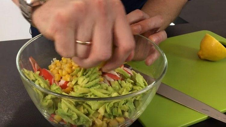 Сбрызгиваем авокадо в салате лимонным соком.