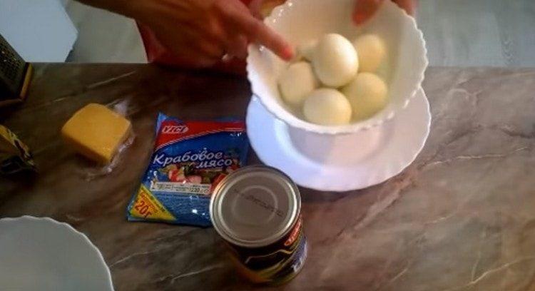 Яйца варим вкрутую и очищаем.