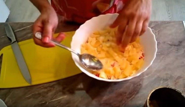 Выкладываем слой консервированных ананасов, нарезанных кусочками.