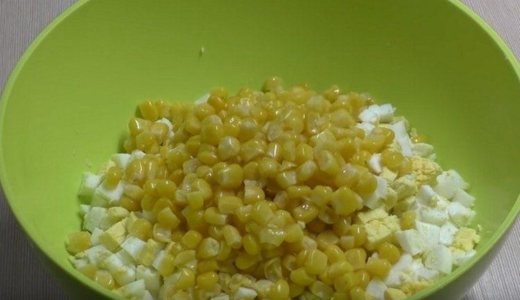 Добавляем в салат кукурузу.