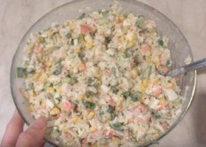 Готовим нежный салат с крабовыми палочками и рисом по пошаговому рецепту с фото.