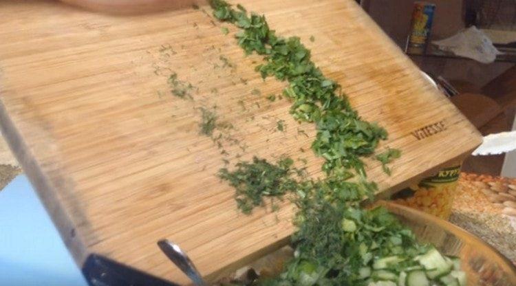 Измельчаем свежую зелень, добавляем в салат.