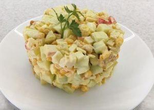 Готовим вкусный салат с крабовыми палочками и сухариками по пошаговому рецепту с фото.