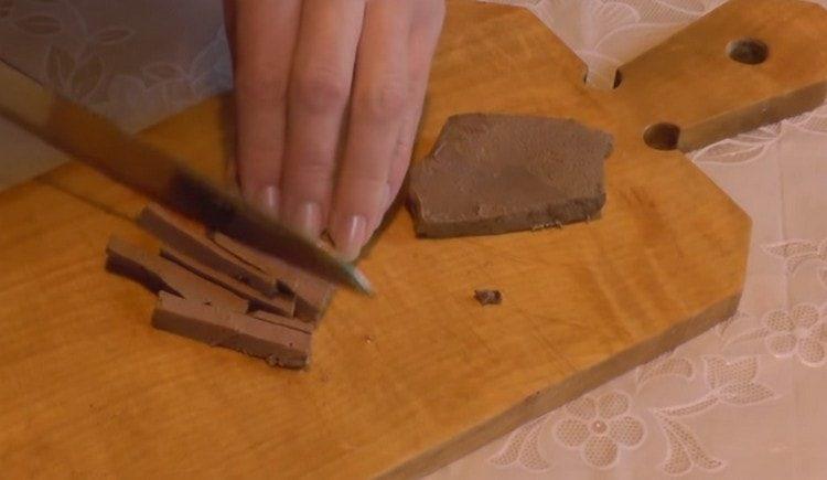 Нарезаем соломкой отварную печень.