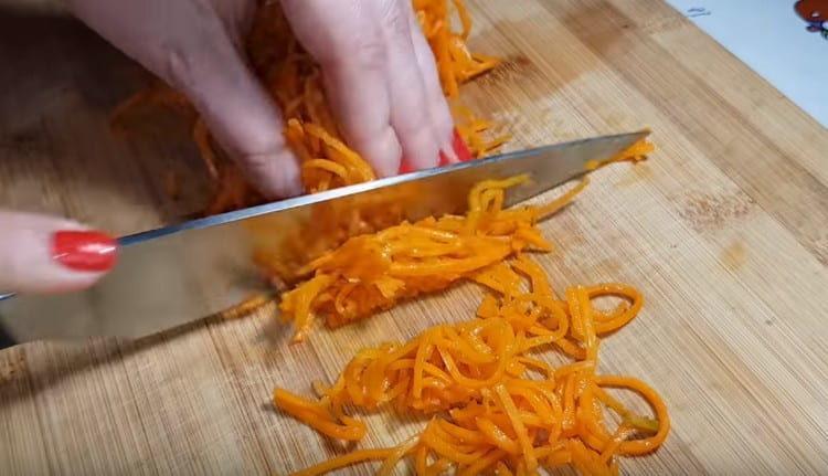 Морковь по-корейски нарезаем на кусочки поменьше.
