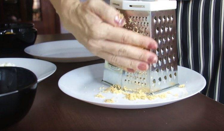 Яйца разделяем на белки и желтки и по отдельности трем их на терке.