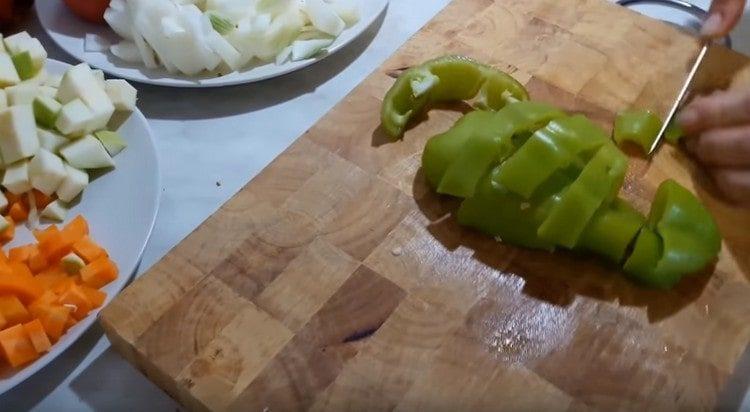 кубиком нарезаем также перец, помидоры и лук.
