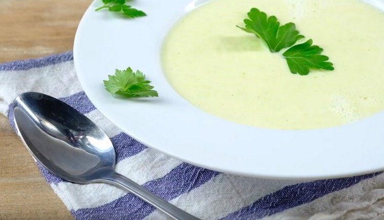 При подаче суп-пюре из цветной капусты можно украсить измельченной зеленью.