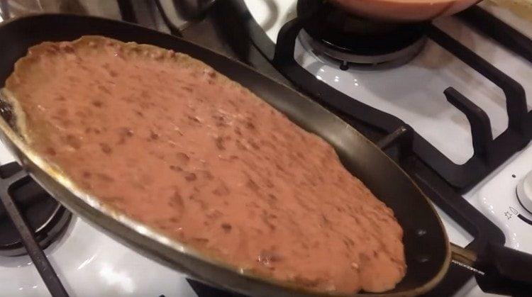 Наливаем печеночное тесто на разогретую сковороду с растительным маслом.