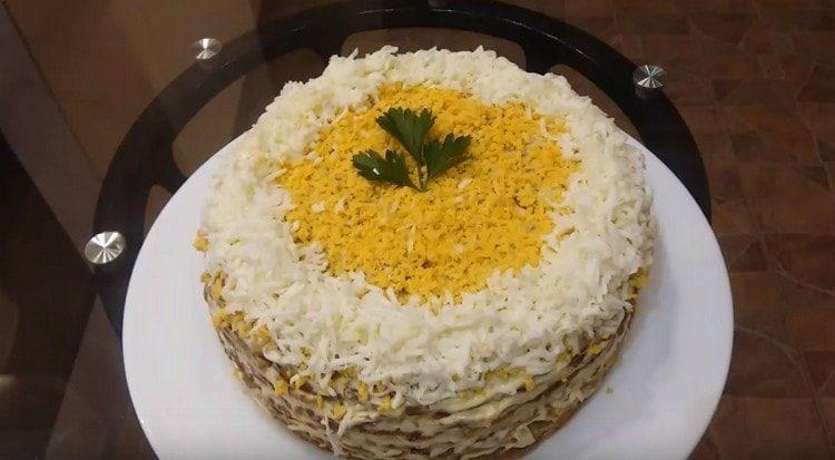 Торт из печени в идеале должен хорошо пропитаться в холодильнике.