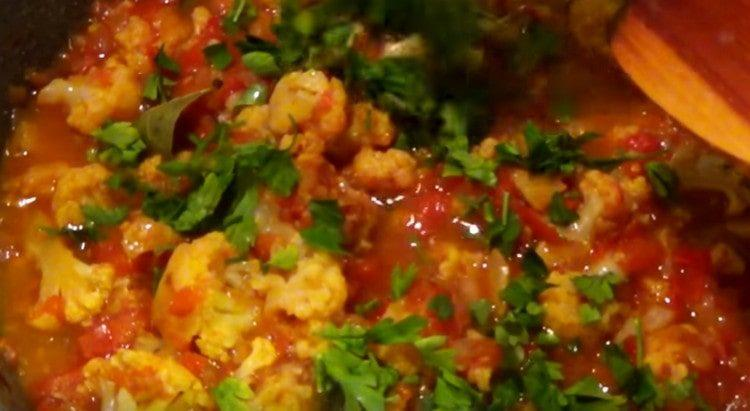 Добавляем соль, перец, чеснок, а также измельченную зелень.