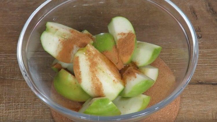 Перемешиваем яблоки с корицей и медом.