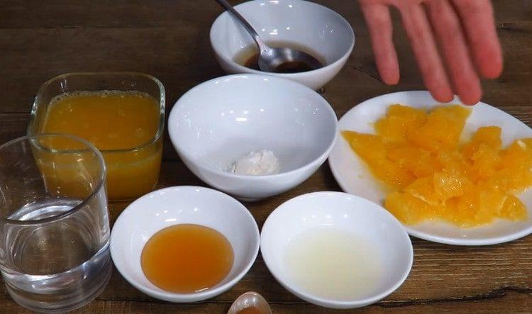 Для соуса нам понадобится нарезанный кусочками апельсин.