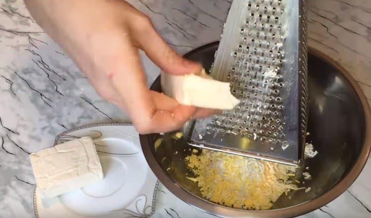 Натираем на терке также плавленный сырок.