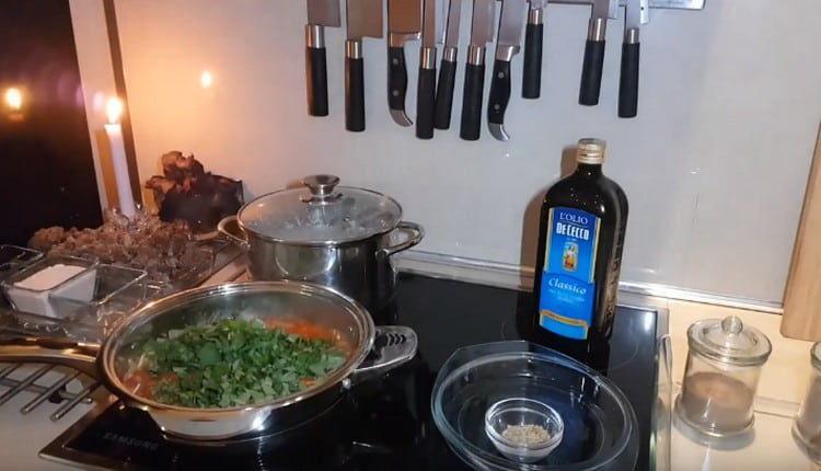 Выкладываем на сковороду зелень.