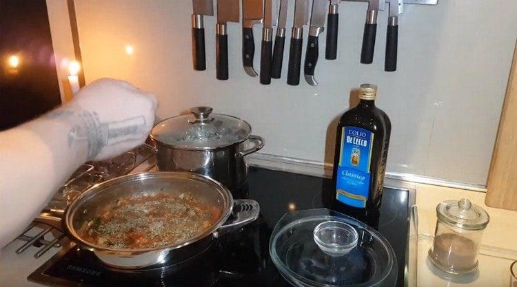 Перчим и солим содержимое сковороды.