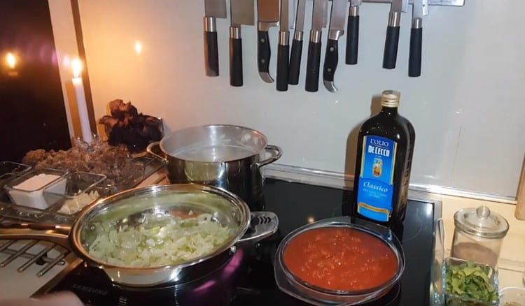 Лук и сельдерей обжариваем на сковороде.