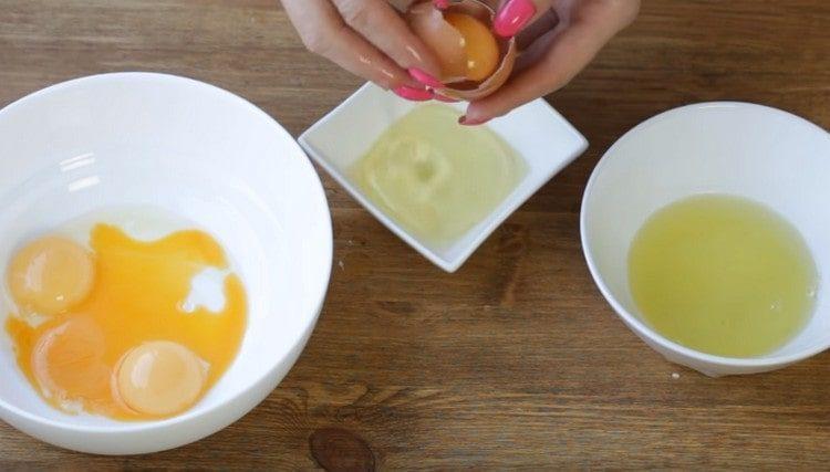 Разделяем яйца на желтки и белки.