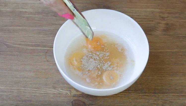 К желткам добавляем воду и специи.