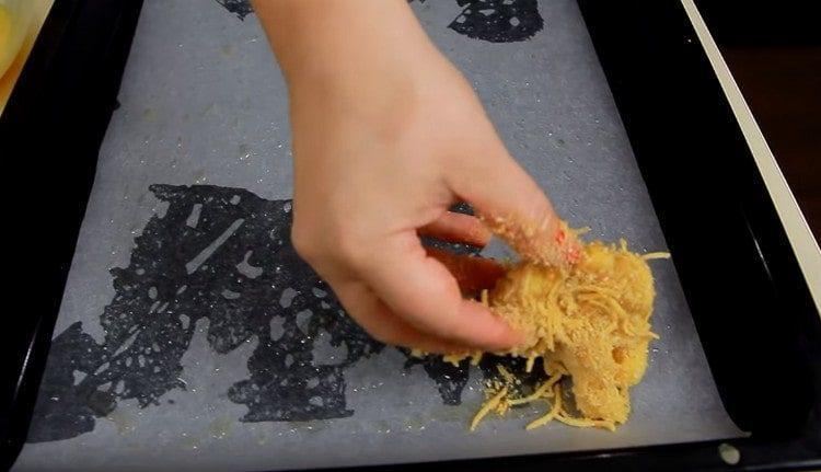 Каждый кусочек капусты обмакиваем в яйцо и обваливаем в панировочной смеси.
