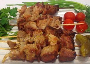Готовим ароматные и сочные шашлыки в банке на шпажках в духовке: оригинальный пошаговый рецепт с фото.