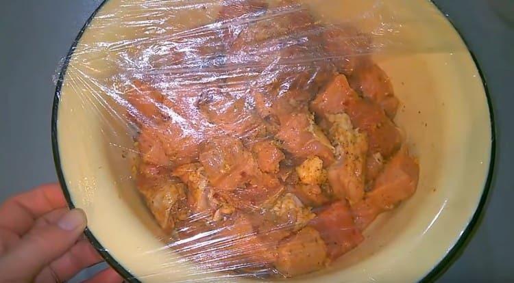 Затягиваем миску с мясом пищевой пленкой и оставляем его мариноваться.