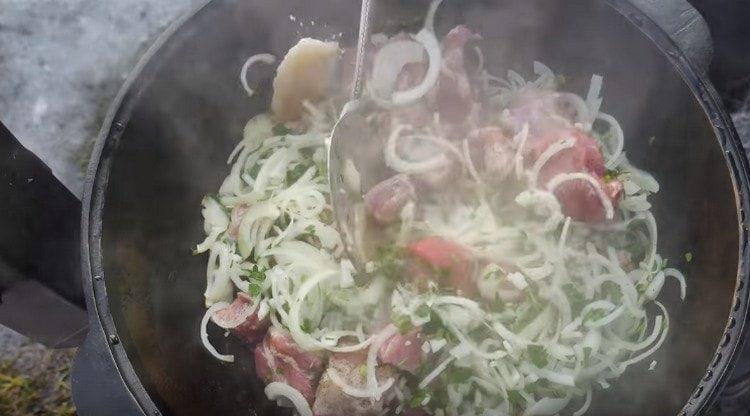 Перемешиваем мясо с луком и зеленью.