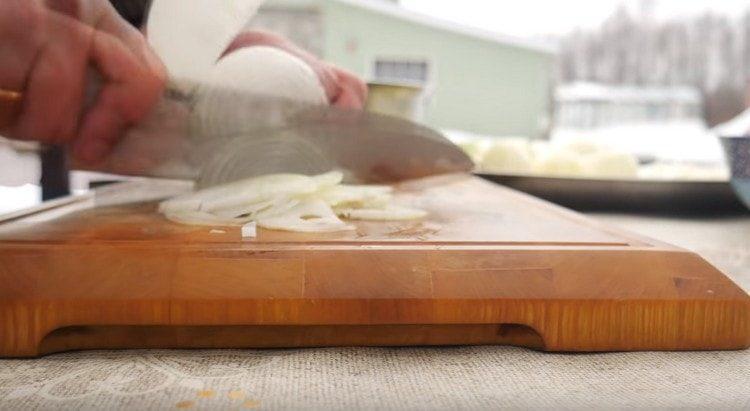 Тонкими полукольцами режем лук.