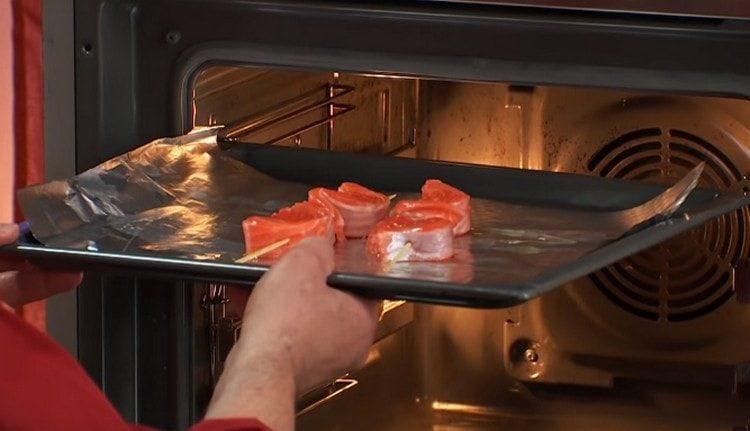 Отправляем противень с шашлычками в духовку.