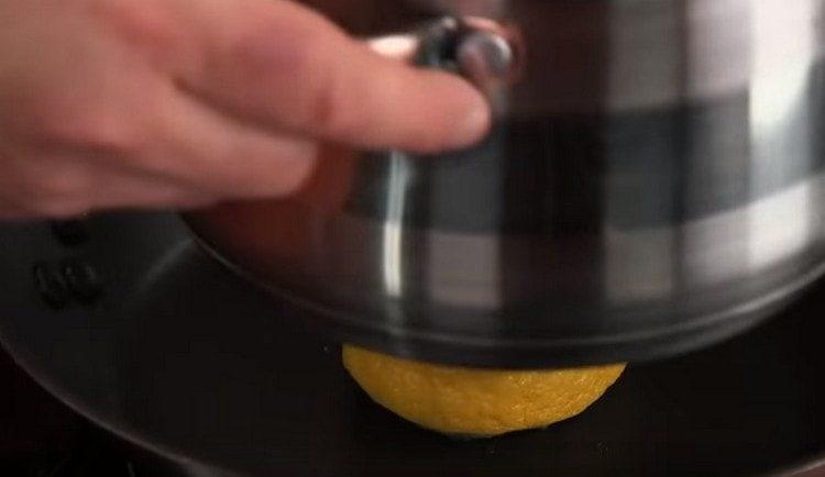 Лимон жарим на сухой сковороде, придавив его, например, кастрюлей.