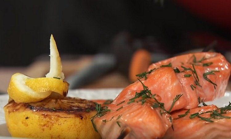 Вот такой аппетитный шашлык из рыбы у нас получился.