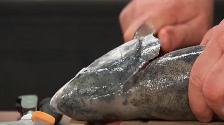 Потрошим красную рыбу, отрезаем ей голову.