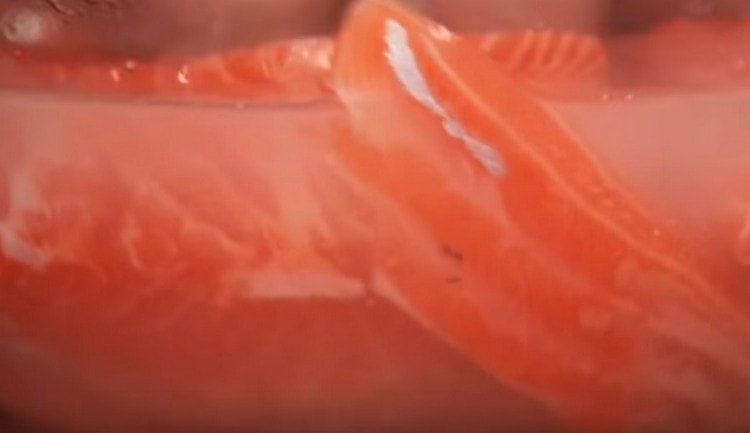 Маринуем кусочки рыбы в воде с солью и сахаром.