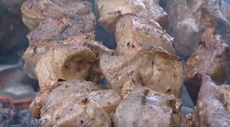 Готовится шашлык по-армянски быстро.
