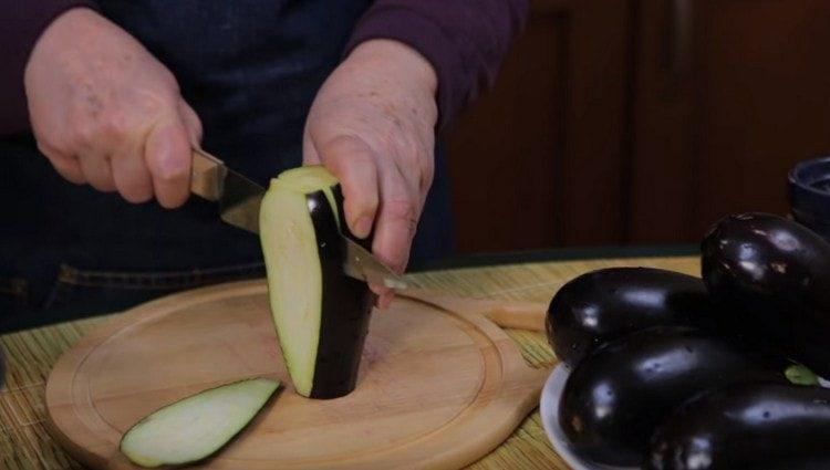 Нарезаем баклажаны длинными ломтиками.