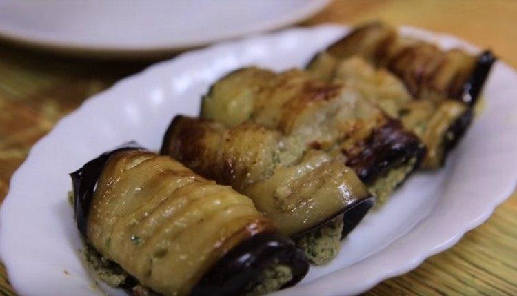Выкладываем баклажаны на сервировочное блюдо.